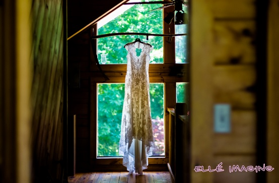 Rustic Bride - Beautiful Lace Wedding Gown